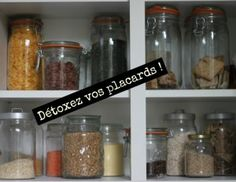 Détox : comment désencombrer sa cuisine ? La cuisine est pièce importante où s'entassent souvent des produits périmés. Et si on faisait 1 peu de place ? Diy Organisation, Zero Waste Home, Fee Du Logis, Grand Menage, Flylady, Konmari, Tips & Tricks, Natural Life, Homemaking