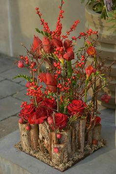 Christmas Flower Arrangements, Christmas Flowers, Beautiful Flower Arrangements, Christmas Mesh Wreaths, Christmas Crafts, Christmas Decorations, Ikebana Arrangements, Floral Arrangements, Twine Flowers