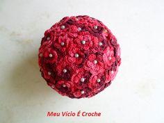 Bola com flores de crochê