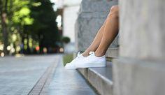 La invasión sporty viene pisando más fuerte que nunca ésta temporada ¿El motivo? Las zapatillas blancas que, sin duda, se han convertido en el calzado must have del Street style. Si eres una chica deportiva o que no está acostumbrada a usar tacones estás de suerte porque con las sneakers…