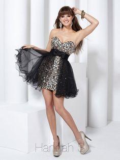 Este vestido de color plata con negro es perfecto para ti