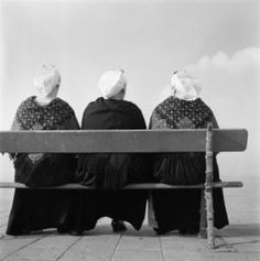 Nederland, vrouwen in klederdracht op bankje Collectie Stadsarchief Amsterdam #ZuidHolland #Scheveningen