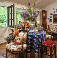 A couple of weeks ago I shared some pictures of beautiful rooms in red and blue color schemes decorated with transferware . Here is ano...