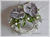 Vánoční věnec na dveře - bílý, točené proutí - šedostříbrné anturie