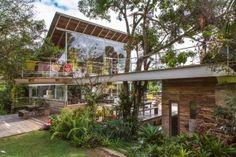 Com 330 m², casa na serra se integra à natureza e tem telhado incomum - Casa e Decoração - UOL Mulher