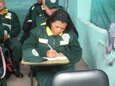 Miembro del personal de serenazgo tomando anota de lo que se hablaba en la capacitación. Capacitación en la Gerencia de Seguridad Ciudadana de Pueblo Libre.