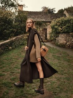 Photographer Jonathan Segade (Lighthouse Photographers Agency) captures an autumn fashion story for the October 2018 issue of TELVA Magazine. Posing outdoors, model Nimue Smit embraces fall layers including cozy knits and leather boots. Styled by Edgy Photography, Fashion Photography Inspiration, Autumn Photography, Editorial Photography, A New York Minute, Mode Editorials, Edgy Style, Poses, Knit Fashion
