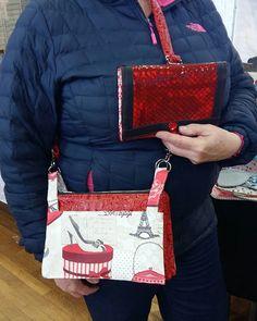 Chantal L. sur Instagram: 2ème jour du marché de Noel C'est le sac le plus admiré de mon stand. Il y a aussi le compagnon complice qui plaît beaucoup. Il y a du…