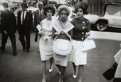 These New York women found their way into Winogrands lens in Photo: Garry Winogrand_( sac rotin typique des années 60 ) Garry Winogrand, History Of Photography, City Photography, Old School Pictures, Photography Essentials, Black And White City, San Francisco Museums, New York Photographers, Expo