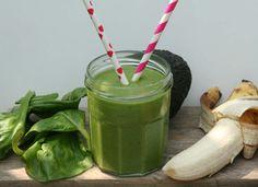 Groene smoothies om een tekort aan vitamines en mineralen aan te vullen na een druk weekend. Deze variant is toegankelijk met spinazie, banaan en avocado.