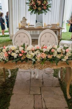 15 claves para que las mesas de tu boda luzcan más que perfectas. #Matrimoniocompe #Organizaciondebodas #Matrimonio #Novios #TipsNupciales #CaminoAlAltar #MatriPeru #BodaPeru #DecoracionDeMatrimonio #DecoracionDeMesaParaBoda #DecoracionConFloresParaBoda #DecoracionFloralParaMatrimonio #FloresMatrimonio #WeddingFlowers #CentroDeMesaMatrimonio #CentroDeMesa Sweetheart Table, Ideas Para, Wedding Planning, Table Decorations, Weed, Design, Home Decor, Grooms Table, Wedding Centerpieces