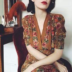 Probar con el vestido marrón, vivos verdes