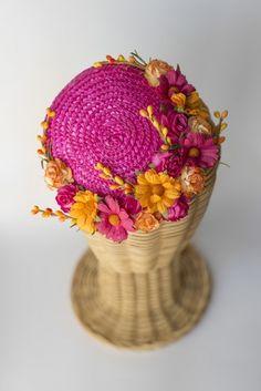 Tocado casquete de paja con flores Fucsia