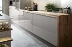 Modern Kitchen Interior The Bayswater Gloss Cashmere Kitchen Range from Howdens. The soft tones of the cabinets look beautiful against our Solid Oak Block Worktop. Take a look at Howdens for more inspiration for your kitchen design. Rustic Kitchen Decor, Farmhouse Style Kitchen, Kitchen Interior, New Kitchen, Kitchen Ideas, Kitchen Modern, Modern Farmhouse, Cheap Kitchen, Wooden Kitchen