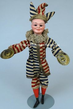 Редкая немецкая антикварная кукла-клоун, голова которой сделана на фабрике Simon & Halbig в 1912-1915 годы. Размер куклы с головным убором 40 см. На голове маркировка «151 5». #dolls #dollcollection #антикварнаякукла #poupee #oldtoys #фарфороваякукла #кукла