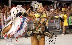 Tati Minerato, rainha da bateria da Gaviões da Fiel, durante o desfile da escola