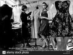 Mary Quant boutique anglaise BAZAAR en 1964 habillée en robe longue dans sa classique vitrine  à la mode d'hier. À droite la mode française une mini robe de 1962 découvrant jambes et genoux une création nouvelle Lucien David Langman pour Jean Raymond Grand Tailleur Paris. La France révolutionne la mode de la seconde moitié du 20e siècle, l'Angleterre suivra quelques années après  #jeanraymond #maitretailleur #LucienLangman #miniskirt #1960 #inventionminijupe #MasterTailorJeanRaymond… Mary Quant, Skirt Mini, Mini Skirts, Costume Smoking, Tailoring Jeans, 70s Mode, Runway Magazine, Master Tailor, Style Feminin