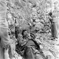Tropas chinesas fazem um prisioneiro vietnamita.