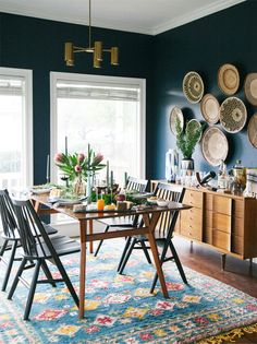 Inspiração decór: cestos na parede | Cestas geométricas africanas numa sala de jantar colorida e vibrante. Via Old Brand New.
