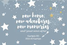 Moderne ansichtkaart model kerstkaart met verhuisbericht wintersblauw op de ondergrond, getekende speelse sterren design en handlettering tekst.