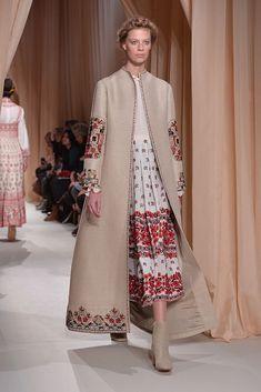 The most popular Vogue fashion magazine is sure . Abaya Fashion, Muslim Fashion, Vogue Fashion, Modest Fashion, Couture Fashion, Fashion Dresses, Mode Abaya, Mode Hijab, Estilo Folk
