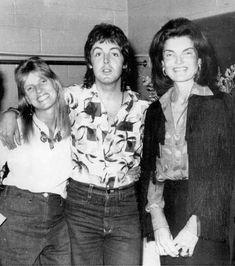 Paul and Linda McCartney met Jackie Kennedy.jpg - The Beatles Wiki Jaqueline Kennedy, Jacqueline Kennedy Onassis, Robert Kennedy, Linda Eastman, Beatles Love, Beatles Photos, Paul Mccartney And Wings, Music Pics, Ringo Starr