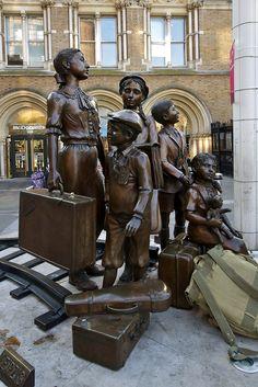 Memorial Kindertransport (transporte de crianças). 2006. Bronze. Frank Meister. Encontra-se fora da Estação Ferroviária Liverpool Street, em Londres, Inglaterra, Reino Unido. Fotografia: Martin Pettitt no Flickr.
