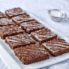 Glutenfria chokladrutor med hasselnötskräm bakade i långpanna.