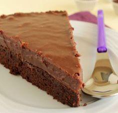 Βάση ένα υπέροχο brownie, επικάλυψη λαχταριστό fudge νουτέλας. Μια συνταγή για ένα super extra σοκολατένιο γλύκισμα που θα λατρέψουν οι λάτρεις της σοκολάτ Delicious Desserts, Dessert Recipes, Greek Sweets, Cheesecake Cupcakes, Nutella Recipes, Fudge, Sweet Recipes, Cupcake Cakes, Good Food