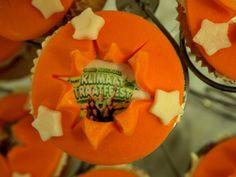 Vrolijke cupcakes voor het klimaatstraatfeest met geprinte tekst op suikerwerk voor een hightea in Zwolle