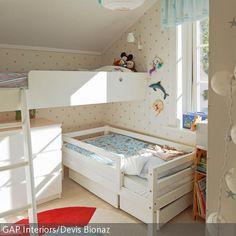 Der Platz im kleinen Kinderzimmer für Zwei kann mit einem Hochbett optimal genutzt werden – trotz Dachschräge. Damit sich das Kind im unteren Bett etwas…