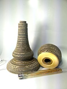 Lampada da tavolo PEDONLAMPADA, nata durante un corso per imparare a lavorare il cartone, è una idea di Jacopo. Lampada led E27, tipo edison tubo da 30 cm diametro 3,5cm. Altezza ca 44 cm, diametro 25cm