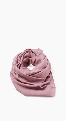 Storleksinfo: -Mått: 180 x 85 cm Detaljer: -Den här sjalen i mjuk böljande, ren siden är en tidlös, modern klassiker. -Den speciella bredden och den mjuka känslan ger högsta komfort. -Den enfärgade looken gör sjalen mycket lättkombinerad.