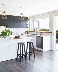 You can't exactly tell from this angle, but this beautiful two-toned kitchen has a view of the surf which must make washing up a much more enjoyable experience #homebeautiful #hbmystyle #kitchen #kitchendesign 📷 @johnpaulurizar Styling @style_siren