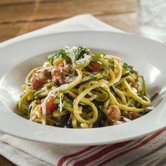 Spaghetti de courgettes avec sauce à la crème aux tomates et au basilic