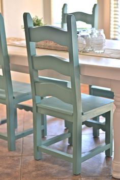 ~ Swiss Coffee paint+primer by Glidden & Jade spray paint by Krylon | Dining room table makeover