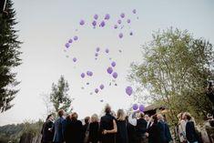 Eine elegante Hochzeit mit rustikalem Charme - Ballons in der Trendfarbe Ultra Violet