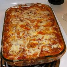Large tubes of mostaccioli are tossed with Parmesan cheese and spaghetti sauce, then layered with spinach and mozzarella cheese. Baked until bubbly, this casserole makes a hearty meal indeed. Yummy Pasta Recipes, Delicious Vegan Recipes, Veggie Recipes, Cooking Recipes, Simple Recipes, Recipes Dinner, Yummy Food, Italian Dishes, Italian Recipes