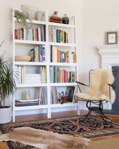 White Bookshelves, Small Bookshelf, Bookshelf Styling, Book Shelves, Bookcases, Small Living Rooms, Living Spaces, Book Storage Small Space, Book Nooks