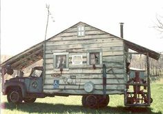 Want a camper with that cabin feeling? This funny truck pictures shows the solutions - a camper you can lumber into summer with. Mini Camper, Camper Van, Vintage Caravans, Vintage Trailers, Vintage Campers, Custom Campers, Jeep Rubicon, Jeep Wrangler, Motorhome