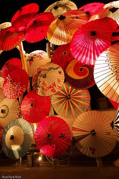 I like the use of light and how this sculpture could have been really cool without the light, but with the light is something different and more interesting Parasol, Umbrella Lights, Umbrella Art, Umbrella Painting, Extrême Orient, Paper Umbrellas, Japanese Beauty, Japanese Geisha, Japanese Paper