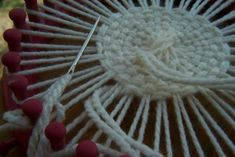 Canadian Crafter: Weaved Flat Bottom Round Bag - Weaving on a round knitting loom. Round Loom Knitting, Loom Knitting Stitches, Knifty Knitter, Loom Knitting Projects, Yarn Projects, Yarn Crafts, Sewing Crafts, Appliques Au Crochet, Circular Weaving