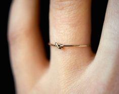 Winzige Ultra Thin geschlossen Knot Ring in 14kt von hannahnaomi