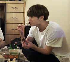 ☾pιɴтєrєѕт:cнσcσмuяℓк ☽ Jungkook Eating, Taehyung, Jeongguk Jeon, Jungkook Cute, Jimin, Googie, Attack On Titan Anime, Favorite Person, Jikook