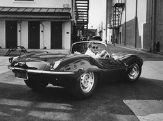 Les photos introuvables de Steve McQueen prises au printemps 1963 Steve McQueen au volant de sa Jaguar en Californie, pendant le mois de juin 1963. Photo John Dominis