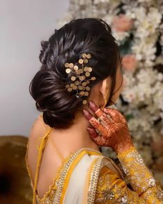 Bookmark These Stunning Bridal Buns That Are Going To Be The Next Trendsetter. For more such bridal trends, stay tuned with shaadiwish. Bridal Hair Images, Bridal Hairstyle Indian Wedding, Bridal Hair Buns, Bridal Hairdo, Indian Bridal Hairstyles, Braided Hairstyles For Wedding, Messy Hairstyles, Elegant Hairstyles, Engagement Hairstyles