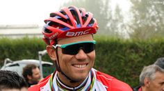 Thos Hushovd wearing the Oakley Razor Blade shade from their Heritage Collection. Don't recall him wearing them during the race.