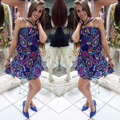 """Look Vestido com estampa pasley colorful com elástico na cintura e alça cruzada com detalhe da coleção """"Doce Vida"""" do Verão 2016 da Kléofa."""