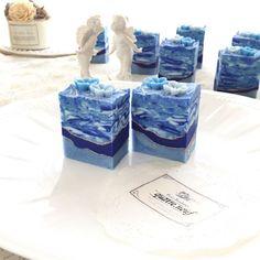 カトル・ナフの定番デザイン、ラピスラズリとペンシルラインの組み合わせ。毎回少しづつ変えて…こちらも夏のお楽しみ、雪塩石鹸(yuki salt soap)。フクフクと気持ち良い泡ができるから大好きな石鹸の一つ♡ #handmadesoap #soapmaker #soap #soapmaker #soapshare #soapmaking #artisansoap #coldprocess #coldprocesssoap #アーティザン#石鹸 #石鹸教室 #石鹸作り #手作り石鹸 #手作り石鹸教室 #手作りせっけん #コールドプロセス #デザイン石鹸 #雪塩#夏のお楽しみ#雪塩石鹸