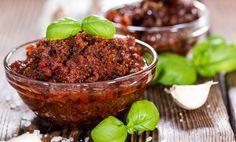 Röd pesto är enmycket uppskattad variant av den klassiskt gröna basilkaverisionendär soltorkade tomater tagit över huvudrollen.